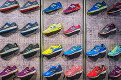 MADRID, ESPAGNE - 9 SEPTEMBRE : Chaussures sportives de New Balance sur un spo photographie stock