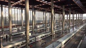 MADRID, ESPAGNE - 30 SEPTEMBRE 2018 Trains à la gare de Madrid Atocha banque de vidéos