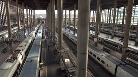 MADRID, ESPAGNE - 30 SEPTEMBRE 2018 Trains embarquant à la gare de Madrid Atocha banque de vidéos