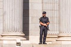 MADRID, ESPAGNE - 26 SEPTEMBRE 2017 : Un policier armé avec un fusil de chasse et des supports d'armure gardent devant le congrès photographie stock