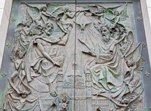Madrid - Gesù e Dio il padre. Dettaglio dal portone bronzeo moderno della cattedrale di Almudena Immagini Stock