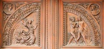 Madrid - hölzerne Entlastungsentfernung von Adam und von Eva von der Paradiesszene Stockfotografie