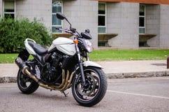 7 Madrid-JULI, 2014: Witte Suzuki Bandit-motor 3D geef terug Stock Foto's