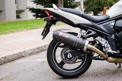 7 Madrid-JULI, 2014: Witte Suzuki Bandit-motor Mivv het uitlaatsysteem van de koolstofvezel Royalty-vrije Stock Foto