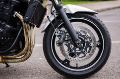 7 Madrid-JULI, 2014: Witte Suzuki Bandit-motor Wiel en remsysteem stock fotografie