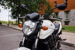 MADRID 7 LUGLIO 2014: Motocicletta bianca di Suzuki Bandit Vista vicina della parte anteriore Immagine Stock Libera da Diritti