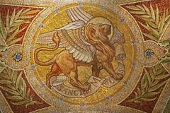 Madrid - mosaiken av lionen som symbol av Sanktt markerar evangelisten i Iglesia de San Manuel y San Benito Arkivbilder