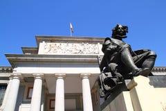 Madrid Museo del Prado mit Velazquez-Statue stockfotografie