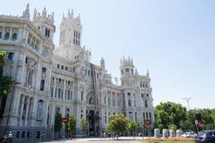 Madrid-Rathaus mit der Flagge des homosexuellen Stolzes Lizenzfreies Stockbild