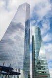 Madrid - Skyskrapa Torre de Cristal av Cesar Pelli & bundsförvantarkitekter och Torre Espacio av arkitekten Henry N. Cobb Royaltyfria Foton
