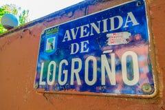 MADRID, SPAGNA - 8 AGOSTO 2015: Segni di posizione, viale di Logrono in Spagna Fotografie Stock