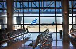 MADRID, SPAGNA - 28 MAGGIO 2014: Interno dell'aeroporto di Madrid, aria aspettante di partenza Immagini Stock Libere da Diritti
