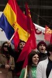 Dimostratori comunisti che ondeggiano le bandiere e salmodiare Immagine Stock Libera da Diritti