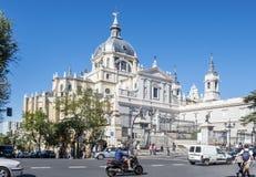 Madrid, Spagna - 7 ottobre 2017: Strada affollata davanti ad Almudena Cathedral #2 Fotografia Stock Libera da Diritti