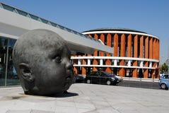 MADRID SPANIEN - AUGUST19: Skulptur av det head och moderna huset på Arkivfoton