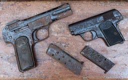 MADRID, SPANIEN - 5. AUGUST 2017: Zwei verrosteten automatische wiederholende Pistolen und ihre Ladegeräte Stockfotos