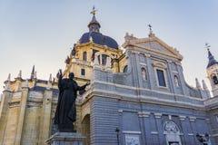 Madrid Spanien Catedral de Santa Maria La Real de La Almudena fasad Arkivfoton