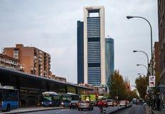 Madrid, Spanien - 7. Dezember 2015 - Geschäftswolkenkratzer und Autobusstation an der Dämmerung Lizenzfreie Stockbilder