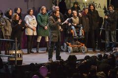 Madrid, Spanien - 20. Dezember 2015 - Podemos-Parteikandidaten, die mit Menge sprechen Stockbilder