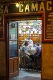 2017 31 05 Madrid, Spanien Ett par i kafé Cityscape av Madrid royaltyfri bild