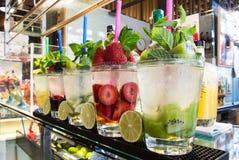 MADRID, SPANIEN - 12. FEBRUAR 2017: Frische Getränke und Cocktails bei San Miguel Market in Madrid Lizenzfreies Stockbild