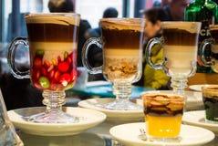 MADRID, SPANIEN - 12. FEBRUAR 2017: Getränke und Cocktails bei San Miguel Market in Madrid Stockbild