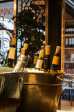 MADRID, SPANIEN - 12. FEBRUAR 2017: Weinflaschen im Eis an Markt Madrids San Miguel Stockfoto