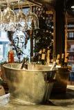 MADRID, SPANIEN - 12. FEBRUAR 2017: Weinflaschen im Eis an Markt Madrids San Miguel Stockbilder