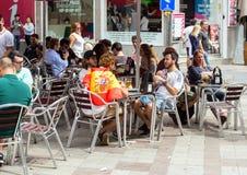 2017 06 01 Madrid, Spanien Grupp av vänner på café i Madrid Folk av Spanien arkivfoto