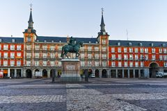MADRID, SPANIEN - 22. JANUAR 2018: Piazza-Bürgermeister mit Statue von König Philips III in Madrid Stockfotos