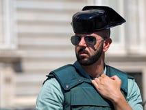 Madrid Spanien - Juni 06: Den oidentifierade guaarden står framme av Royal Palace på Juni 06, 2015 i Madrid, Spanien Arkivbilder