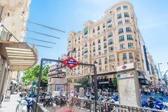MADRID SPANIEN - 23. JUNI 2015: Gran über Metrostation Stockfotos