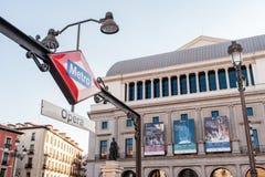 MADRID SPANIEN - 23. JUNI 2015: Opern-Metrostation Stockfotografie