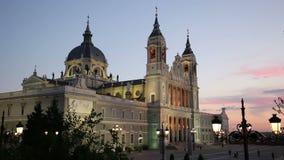Madrid, Spanien am La Almudena Cathedral und Royal Palace stock video