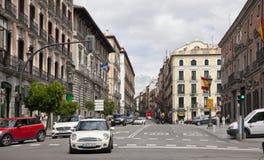 MADRID, SPANIEN - 28. MAI 2014: Calle Mayor, altes Madrid-Stadtzentrum, verkehrsreiche Straße mit Leuten und Verkehr Stockfotos
