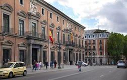 MADRID, SPANIEN - 28. MAI 2014: Calle Mayor, altes Madrid-Stadtzentrum, verkehrsreiche Straße mit Leuten und Verkehr Stockbilder