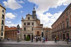 MADRID, SPANIEN - 28. MAI 2014: Calle Mayor, altes Madrid-Stadtzentrum, verkehrsreiche Straße mit Leuten und Verkehr Lizenzfreies Stockfoto