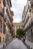 MADRID, SPANIEN - 28. MAI 2014: Calle Mayor, altes Madrid-Stadtzentrum, verkehrsreiche Straße mit Leuten und Verkehr Lizenzfreies Stockbild