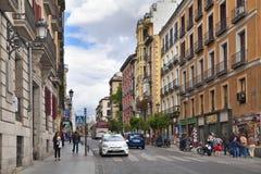 MADRID, SPANIEN - 28. MAI 2014: Calle Mayor, altes Madrid-Stadtzentrum, verkehrsreiche Straße mit Leuten und Verkehr Stockbild