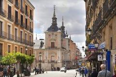 MADRID, SPANIEN - 28. MAI 2014: Calle Mayor, altes Madrid-Stadtzentrum, verkehrsreiche Straße mit Leuten und Verkehr Lizenzfreie Stockfotos