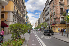 MADRID, SPANIEN - 28. MAI 2014: Calle Mayor, altes Madrid-Stadtzentrum, verkehrsreiche Straße mit Leuten und Verkehr Lizenzfreie Stockfotografie