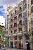 MADRID, SPANIEN - 28. MAI 2014: Calle Mayor, altes Madrid-Stadtzentrum, verkehrsreiche Straße mit Leuten und Verkehr Stockfoto