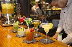 MADRID, SPANIEN - 28. Mai 2014 Cocktails und Auffrischungsalkoholiker s trinkt in Markt Mercado San Miguel, berühmter Lebensmitte Stockfotografie