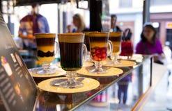 MADRID, SPANIEN - 28. Mai 2014 Cocktails und Auffrischungsalkoholiker s trinkt in Markt Mercado San Miguel, berühmter Lebensmitte Lizenzfreies Stockbild