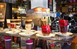 MADRID, SPANIEN - 28. Mai 2014 Cocktails und Auffrischungsalkoholiker s trinkt in Markt Mercado San Miguel, berühmter Lebensmitte Stockbilder
