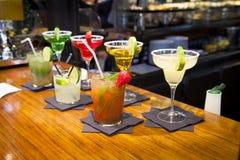 MADRID, SPANIEN - 28. Mai 2014 Cocktails und Auffrischungsalkoholiker s trinkt in Markt Mercado San Miguel, berühmter Lebensmitte Lizenzfreie Stockbilder