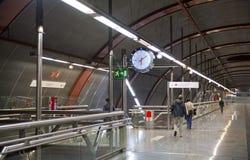 MADRID, SPANIEN - 28. MAI 2014: Uhr, Rohr, U-Bahnhof Stockbild