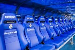 MADRID SPANIEN - MAJ 14, 2009: arbeta som privatlärare åt och reservbänken på den Santiago Bernabeu stadion i Madrid Hem- arena a arkivbilder