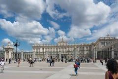 Madrid Spanien - Maj 11 2018: Folkmassa som ?r fr?mst av kunglig slott i Madrid p? solig dag royaltyfria foton