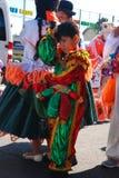 Madrid Spanien, mars 2nd 2019: Karnevalet ståtar, pojken från bolivianska dansgruppdansare med den traditionella dräkten efter royaltyfri bild